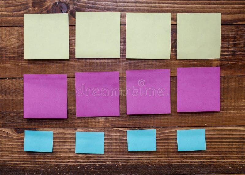 Conseil en bois avec les autocollants colorés de note illustration libre de droits