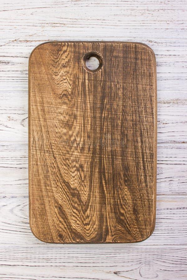 Conseil en bois de côtelette sur le dessus de table en bois rustique Vue supérieure photographie stock libre de droits