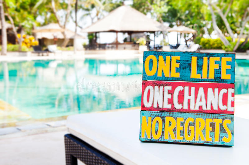 Conseil en bois de citation de motivation inspirée de la vie une occasion de la vie une aucun regrets l'été photo libre de droits