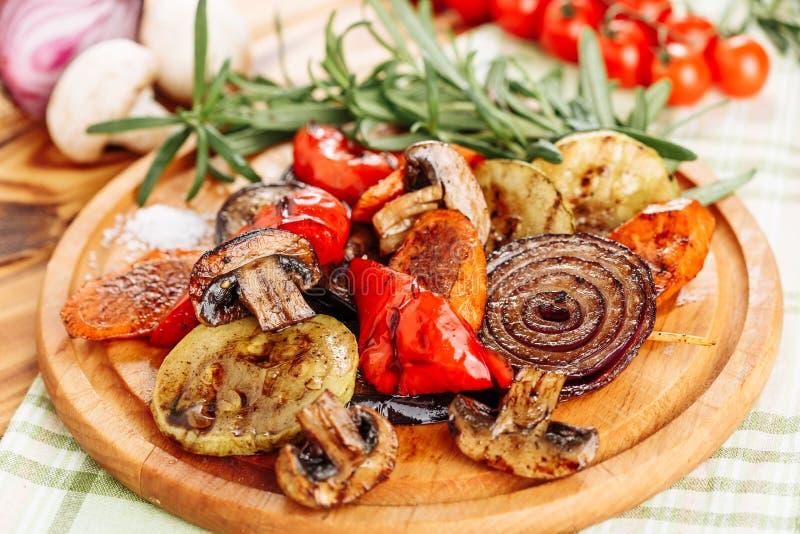 Conseil en bois de Fried Potato Mushrooms Vegetable Mix photo libre de droits