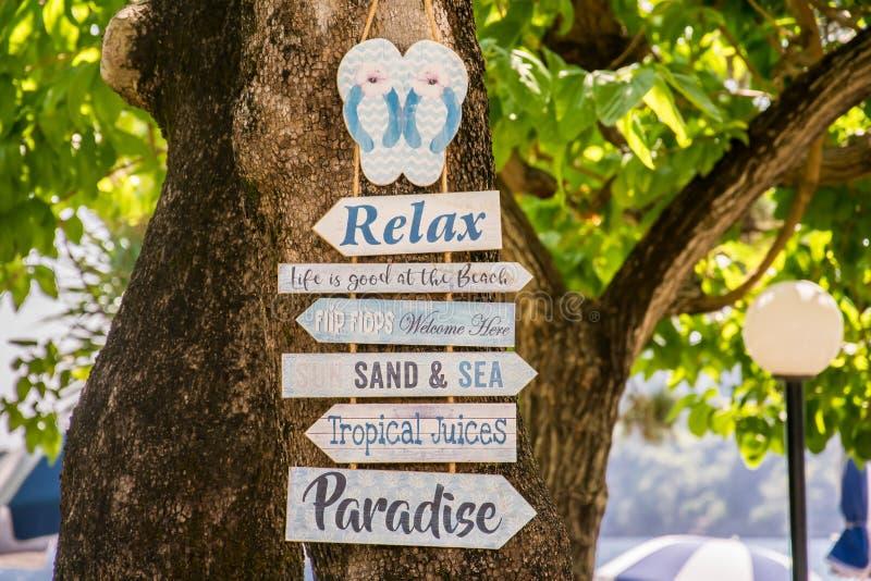 Conseil en bois de motivation à côté de la plage photos libres de droits