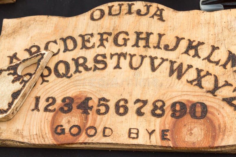 Conseil en bois Ouija : Communication avec des spiritueux images stock