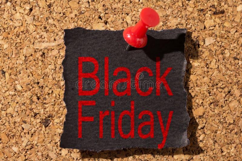 Conseil et punaise rouge en papier noir avec le rappel au sujet de Black Friday photo stock