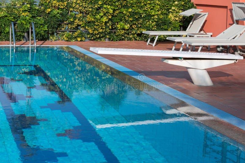 Conseil extérieur du ` s de piscine et fainéants blancs de plage photographie stock