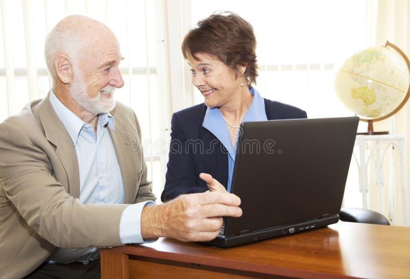 Conseil financier d'homme aîné images stock