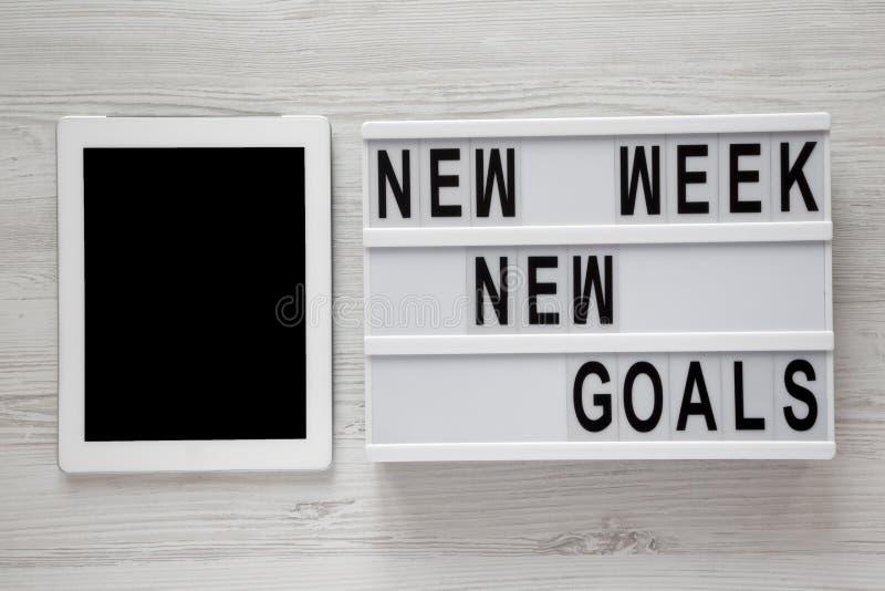 """Conseil moderne avec buts nouvelle semaine des textes de """"de nouveaux """", comprimé au-dessus du fond en bois blanc, vue supérieure image libre de droits"""