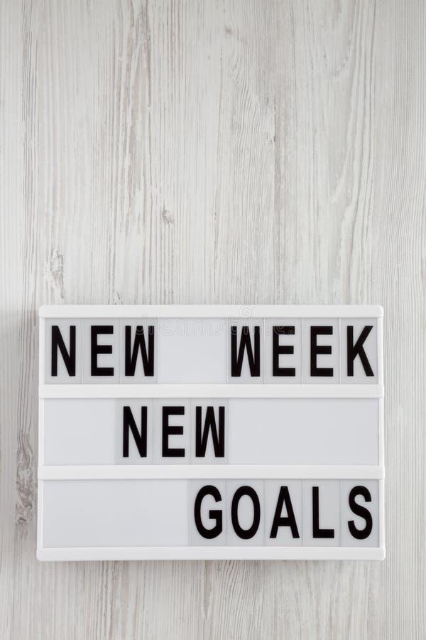"""Conseil moderne avec la surface en bois blanche des nouveaux buts nouvelle semaine des textes de """"plus de, vue supérieure D'en ha photo stock"""