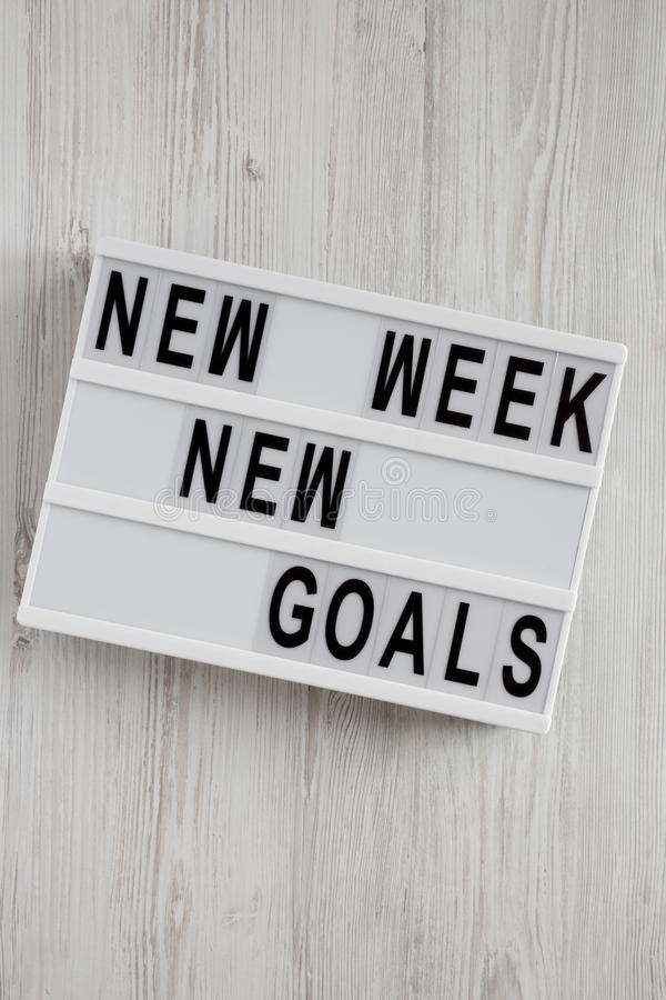 """Conseil moderne avec le fond en bois blanc des nouveaux buts nouvelle semaine des textes de """"plus de, vue supérieure D'en haut, c photographie stock"""