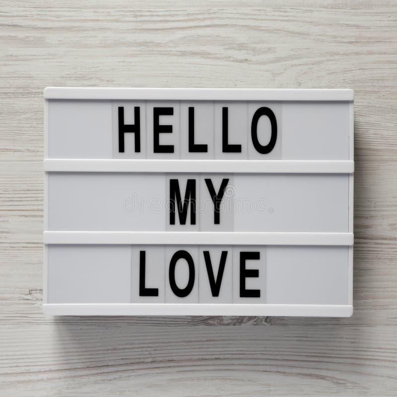 """Conseil moderne avec le texte """"bonjour mon amour """"sur une surface en bois blanche, vue aérienne Valentine ` s jour 14 février clo image stock"""