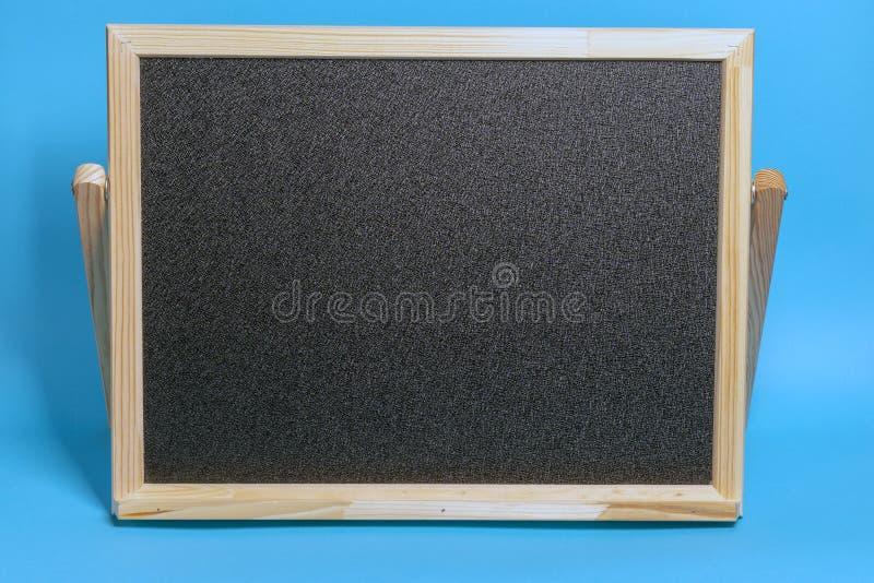 Conseil noir dans un cadre en bois sur un fond bleu Maquette pour faire des emplettes, ventes, vendredi noir photographie stock libre de droits