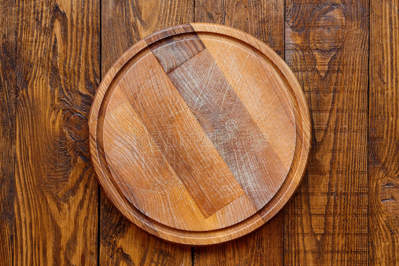 Conseil rond en bois pour la pizza photos stock