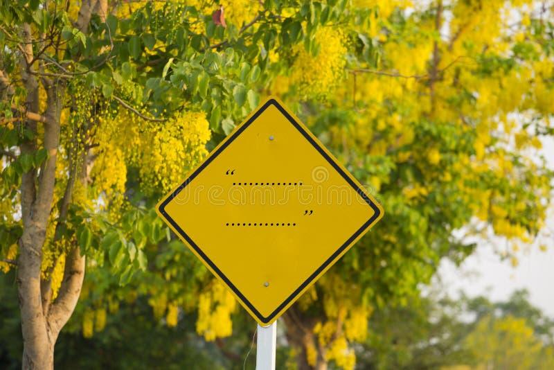 Conseil vide modifié du panneau de poteau de signalisation le long de la route images stock