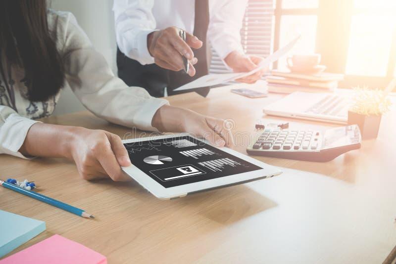 Conseiller d'équipe d'affaires analysant les chiffres financiers photos libres de droits
