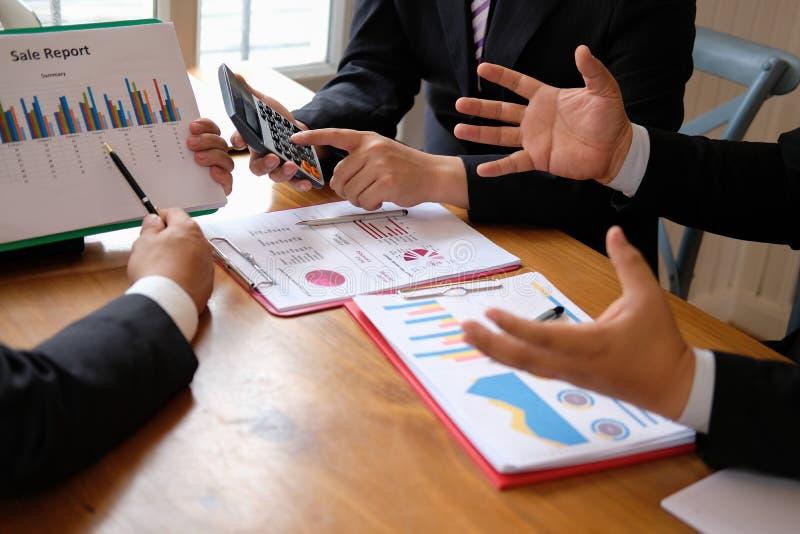 conseiller d'affaires discutant l'idée lors de la réunion le professionnel investissent photo stock
