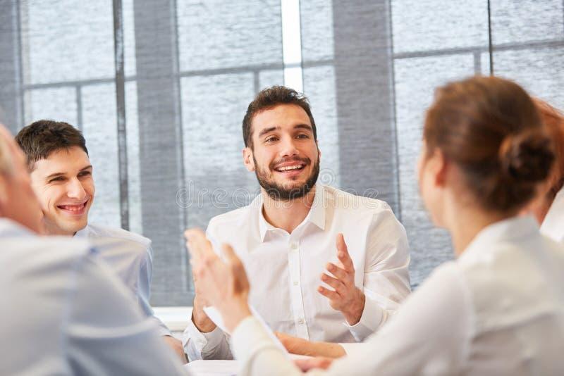 Conseiller dans une discussion avec des collègues image libre de droits