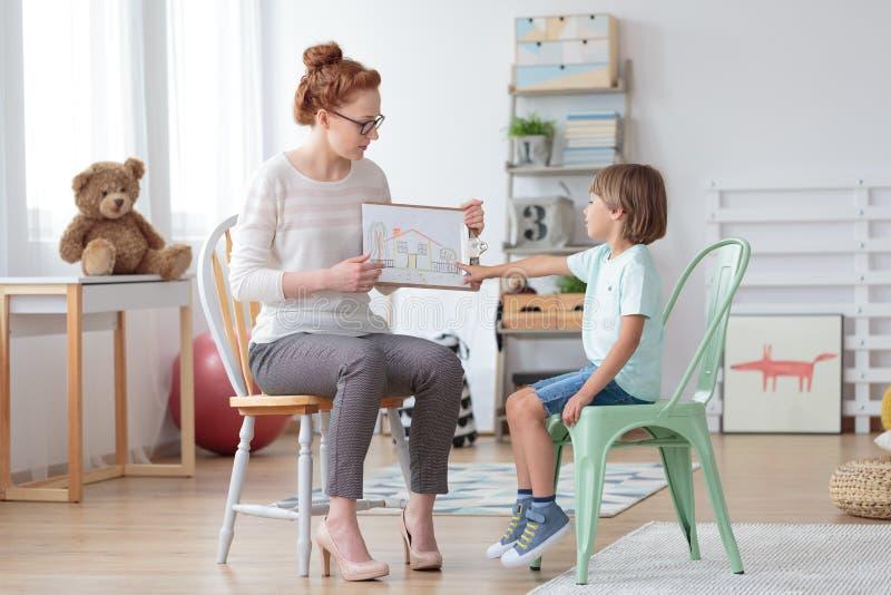 Conseiller de famille aidant l'enfant en bas âge images libres de droits