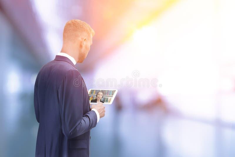 Conseiller en fiscalité visuel d'appel d'homme images stock