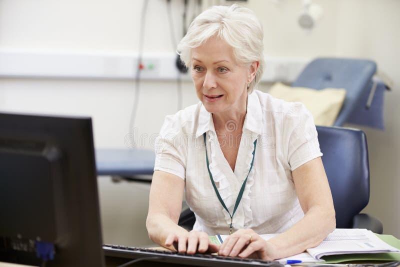 Conseiller féminin Working At Desk à l'aide de la Tablette de Digital image stock