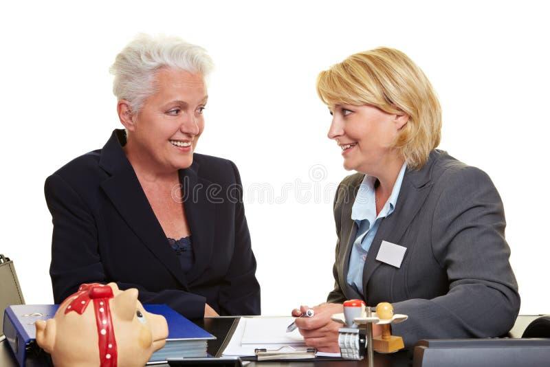 Conseiller financier avec le femme aîné photographie stock