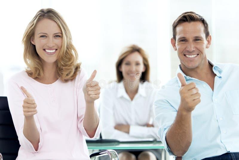 Conseiller financier avec un couple images stock