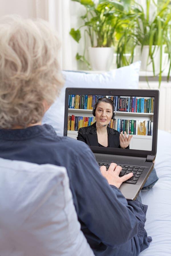 Conseiller financier d'ordinateur portable supérieur de femme photographie stock libre de droits