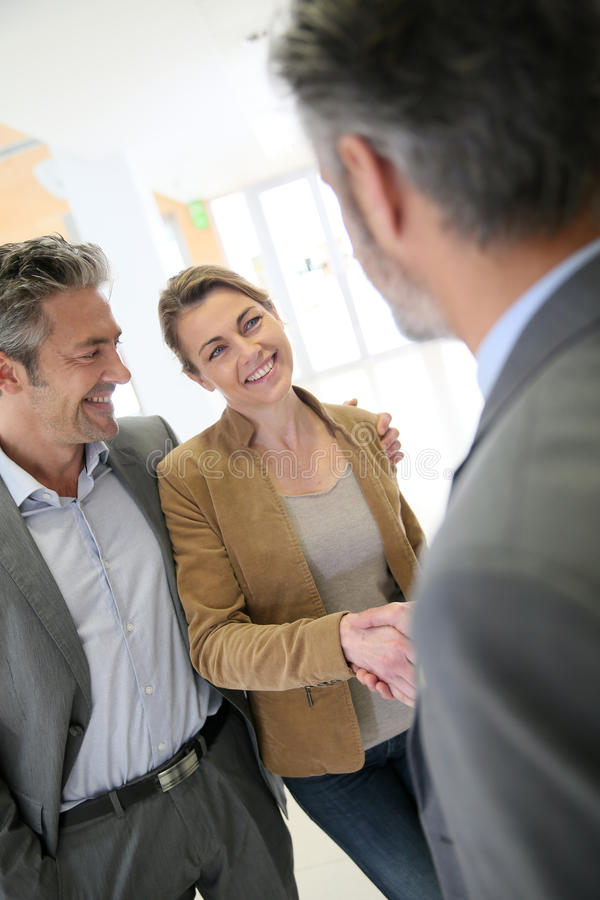 Conseiller financier et poignée de main de clients après accord réussi images libres de droits