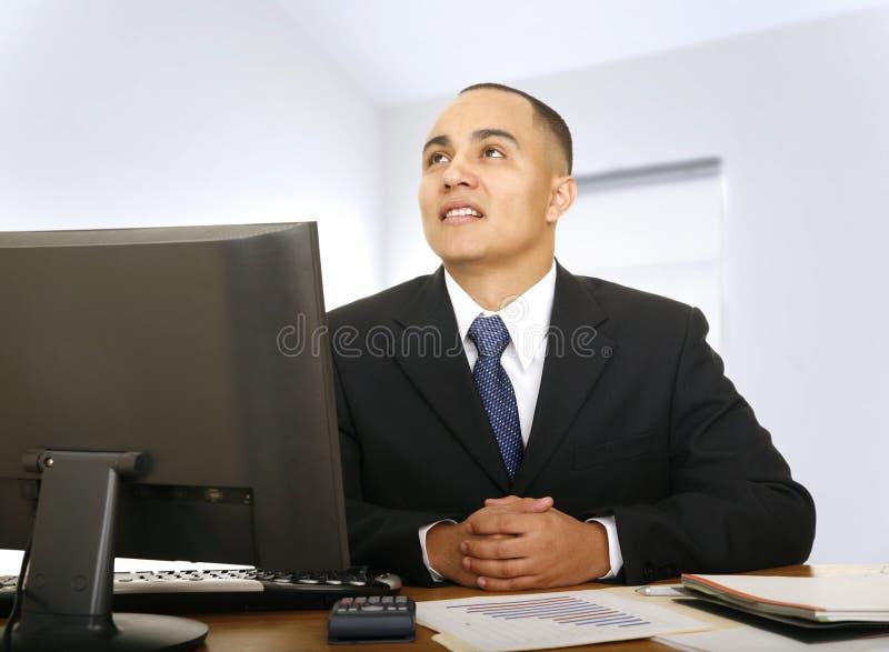 Conseiller financier pensant dans son bureau image libre de droits