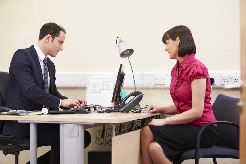 Conseiller Meeting With Patient dans le bureau images stock
