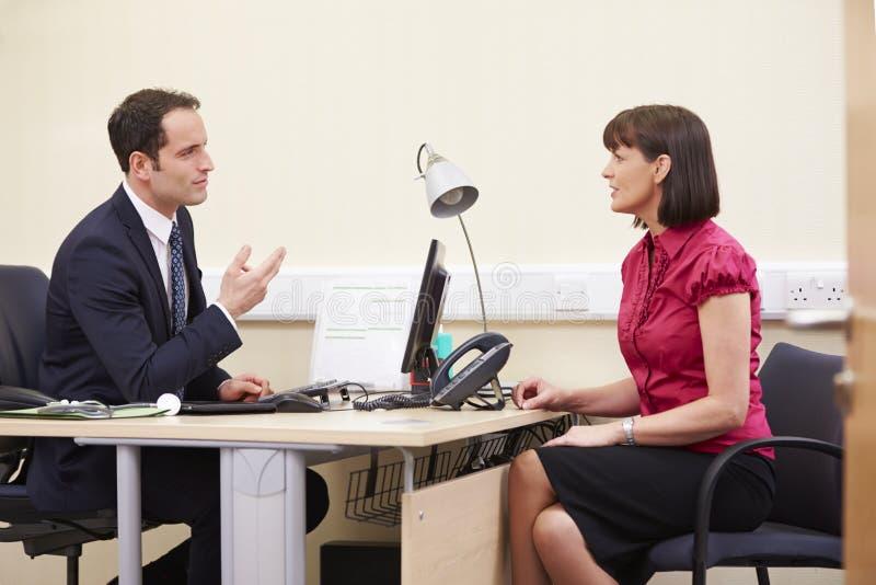 Conseiller Meeting With Patient dans le bureau image libre de droits