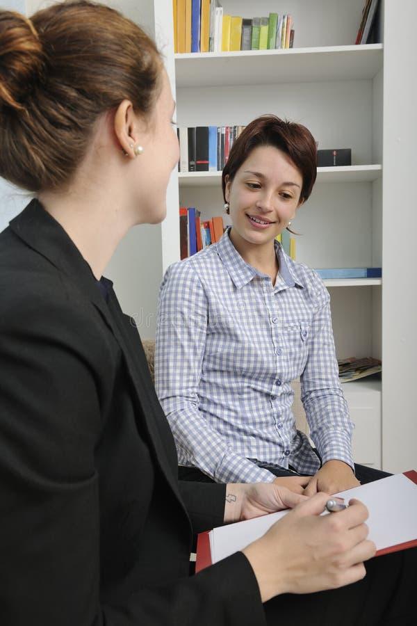 Conseiller ou conseiller financier avec le client photographie stock libre de droits