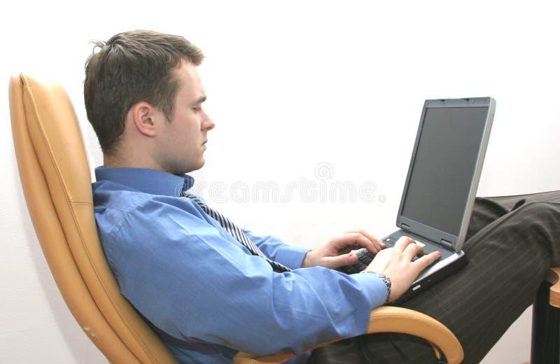 Conseiller travaillant sur l'ordinateur portatif images stock
