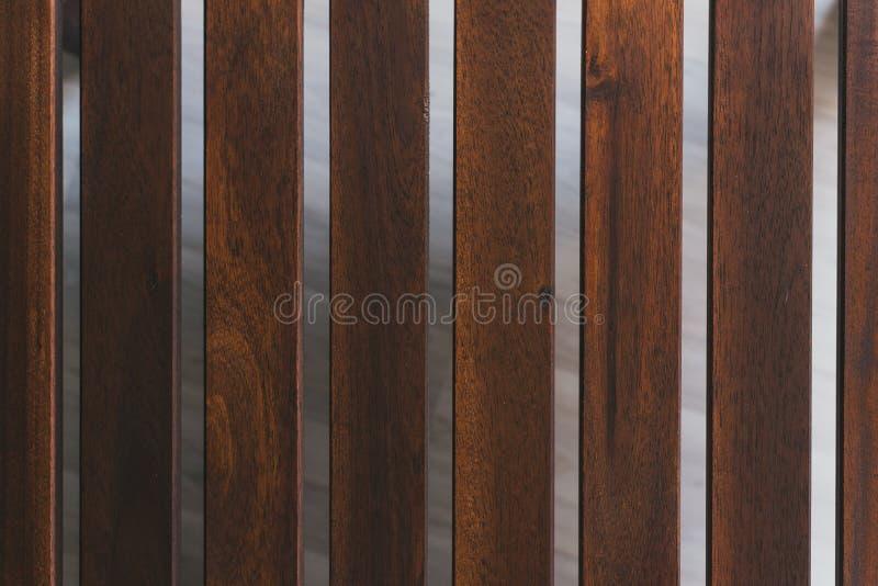 Conseils de brun fonc? la distance entre les planches en bois photo stock