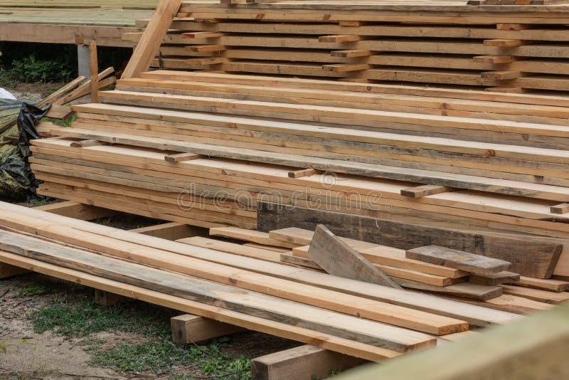 Conseils en bois et planches sur la construction d'une maison de cadre image libre de droits