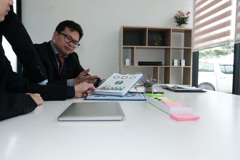 consejero de negocio que analiza informe financiero de la compañía Professiona imagen de archivo libre de regalías
