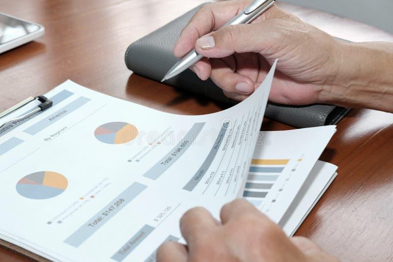 consejero de negocio que analiza informe financiero de la compañía Professiona foto de archivo libre de regalías