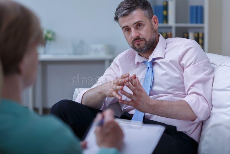 Consejo del terapeuta del hombre que escucha fotografía de archivo