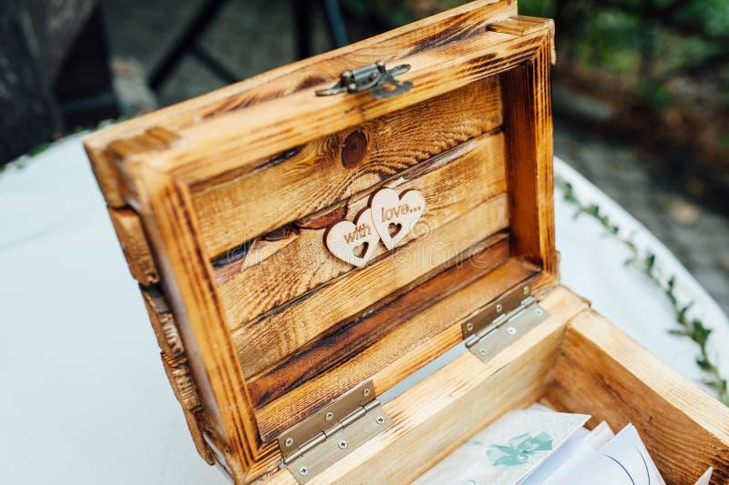 Consejo para la caja de libro de madera de novia y del novio, libro de visitas de madera foto de archivo libre de regalías