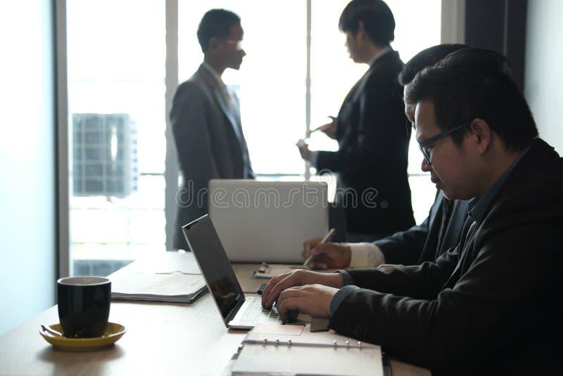 conselheiro de negócio que analisa o relatório financeiro da empresa Professiona imagem de stock royalty free