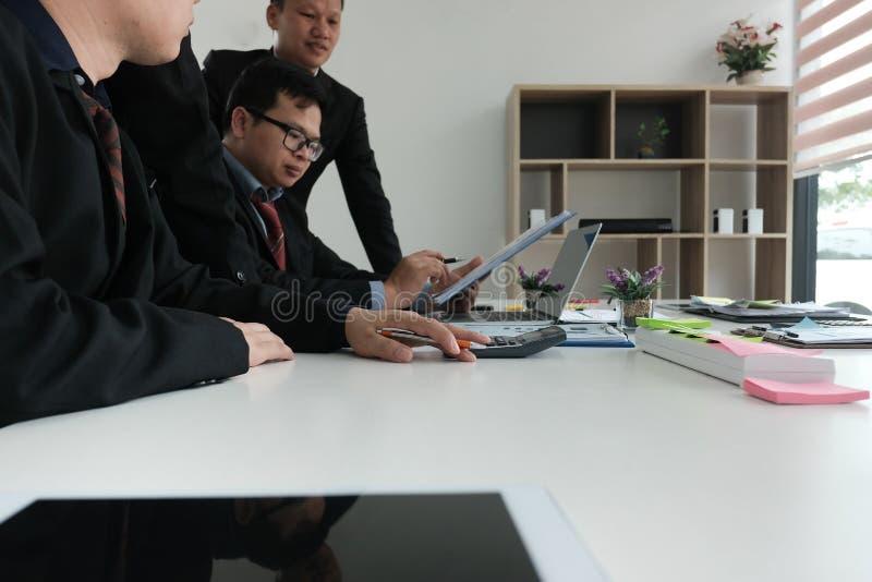 conselheiro de negócio que analisa o relatório financeiro da empresa Professiona fotografia de stock