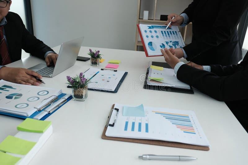 conselheiro de negócio que analisa o relatório financeiro da empresa Professiona imagens de stock royalty free