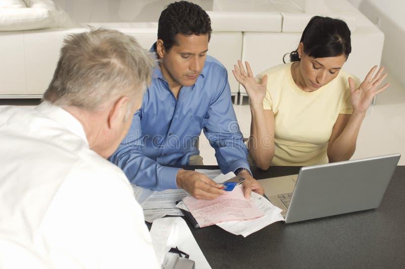 Conselheiro financeiro com pares em casa imagens de stock