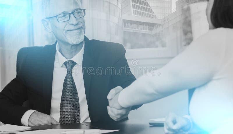 Conselheiro que agita a mão com o cliente após ter assinado um contrato, luz ilustração do vetor