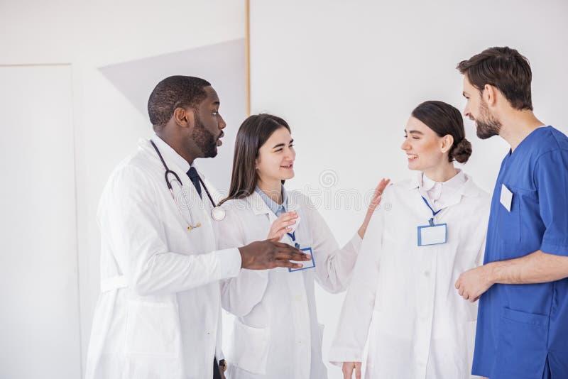 Conselheiros médicos felizes que falam na clínica brilhante imagens de stock royalty free