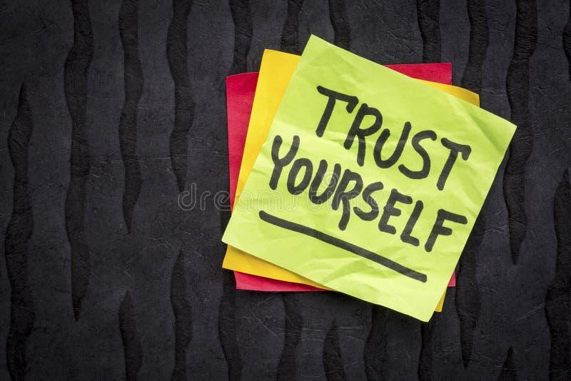 Conselho da confiança você mesmo ou nota do lembrete imagens de stock