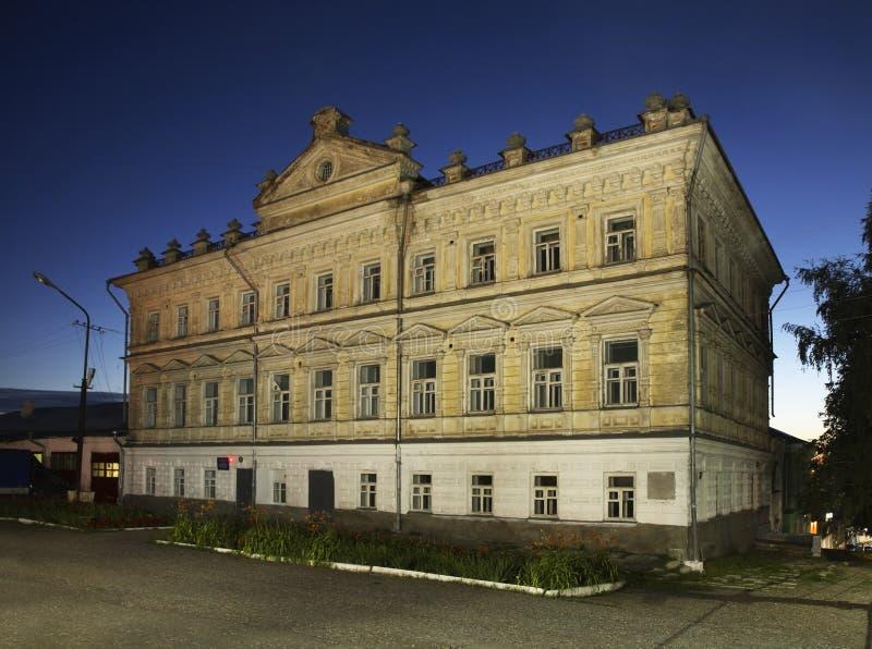 Conselho Municipal anterior (condomínio) em Kungur Perm Krai Rússia fotografia de stock