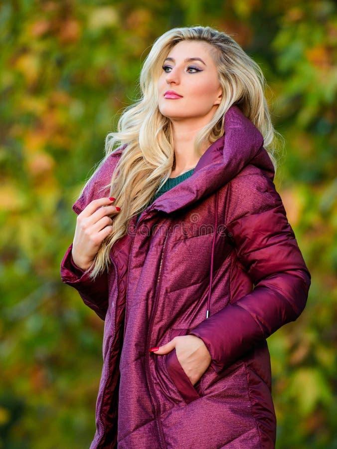Conselho profissional do estilista A mulher veste o revestimento extra do volume Parque louro elegante do outono da caminhada da  imagens de stock royalty free