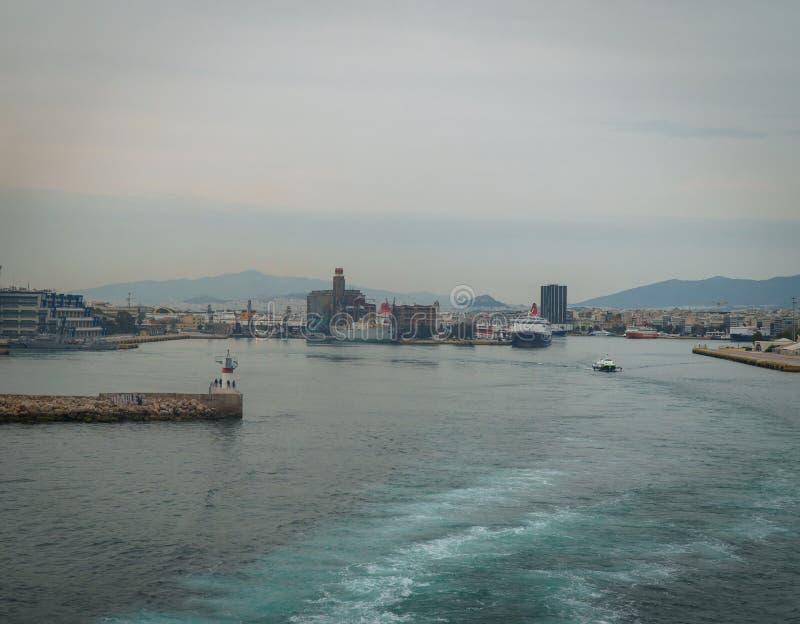 Conseptual disparou do navio grande que saindo do porto as pistas brancas grandes estão criadas no mar, a velocidade é alto e th imagens de stock