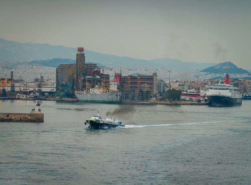 Conseptual disparou do navio que está saindo o porto dos outros navios e da torre do comando, em um dia nebuloso com mar calmo foto de stock royalty free