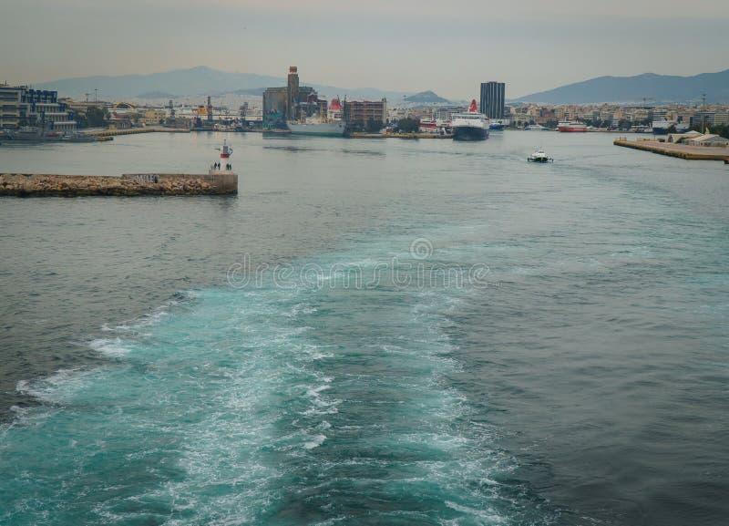 Conseptual disparou do navio que est? saindo o porto dos outros navios e da torre do comando, em um dia nebuloso com mar calmo imagens de stock