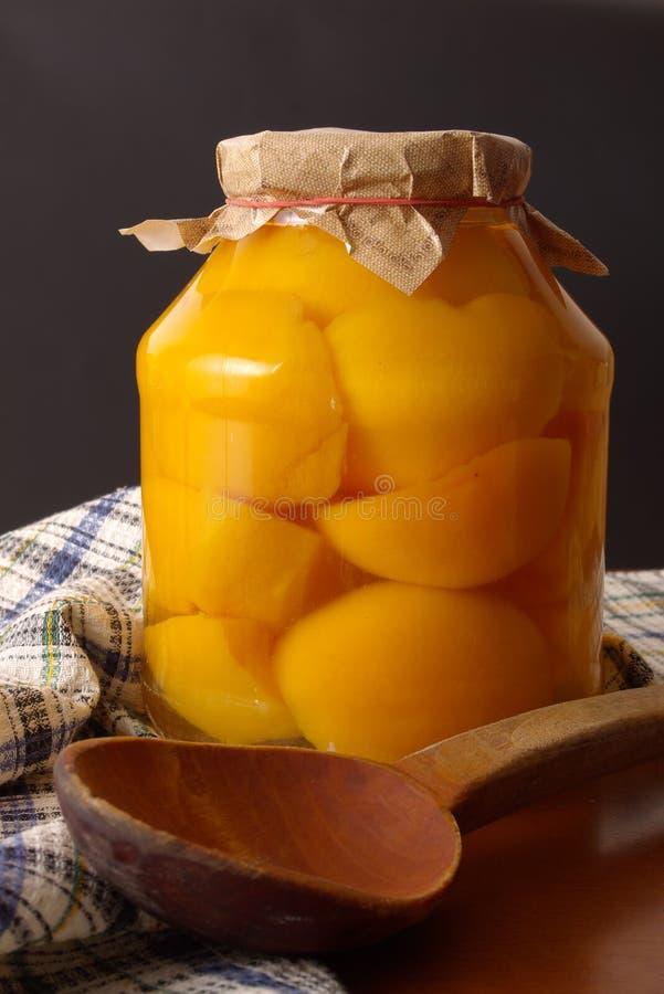 Conserva caseiro dos pêssegos foto de stock
